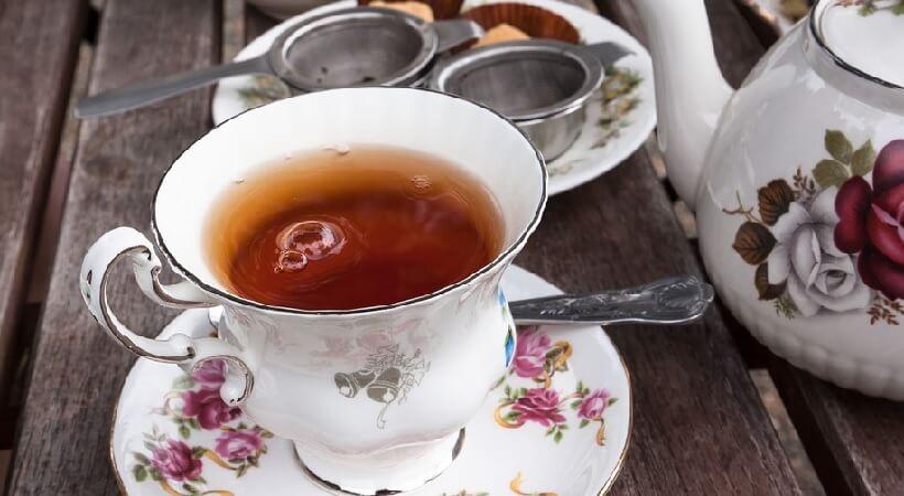 Fika med te i trädgården